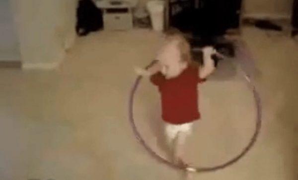 bebe bailando hulahoop