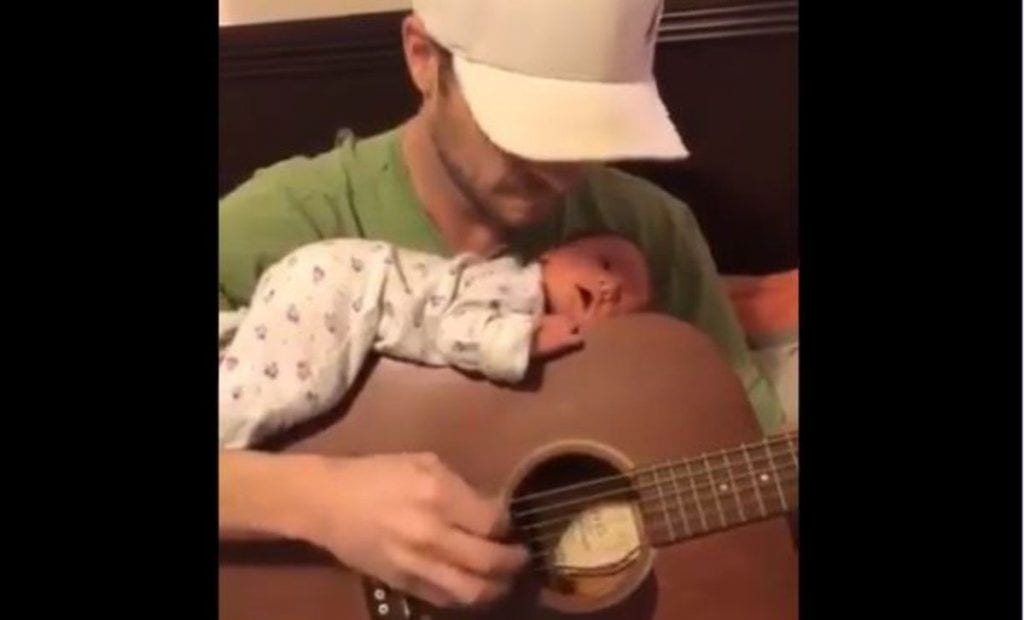 bebe escuchando musica 1553253927370