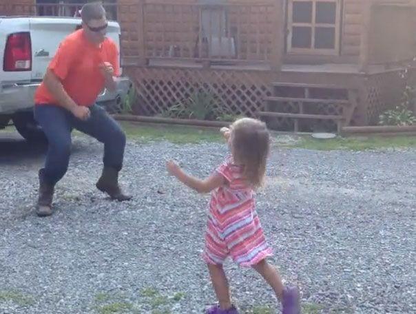 padre-e-hija-bailando-despues-trabajo