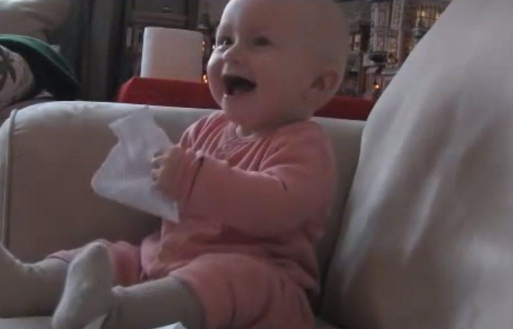 bebe riendo contagioso
