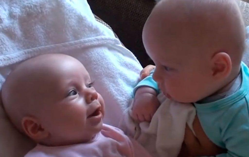 gemelos hablando