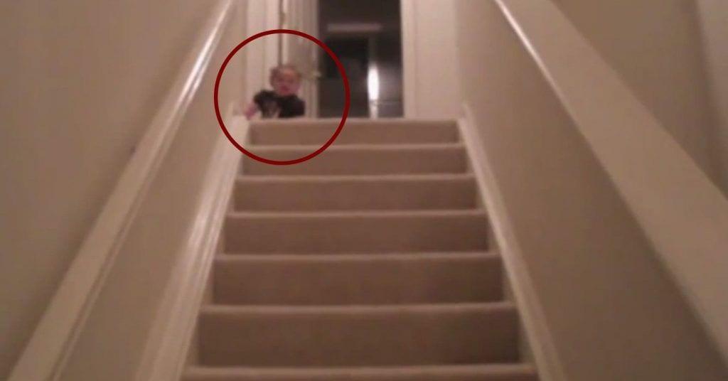 bebe escaleras