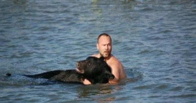 hombre salva oso 05
