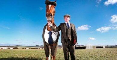 caballo vestido con un traje de tres piezas