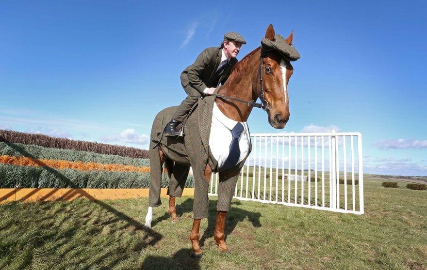 traje de tres piezas para caballo por emma sandham 3