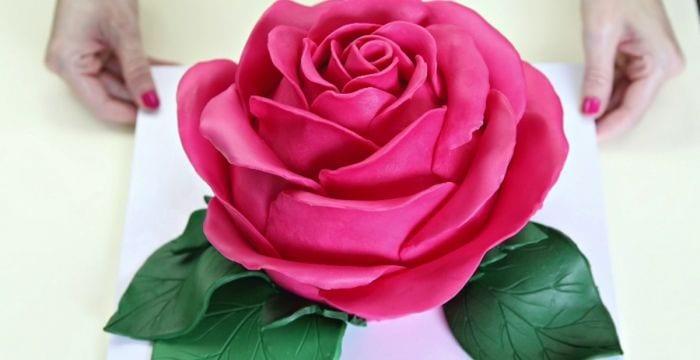 tarta con forma de flor rosa