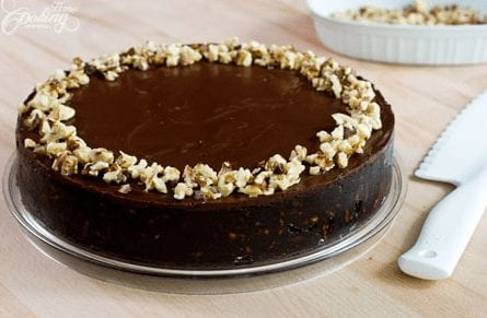 Tarta de chocolate decorada con frutos secos sin necesidad de usar horno