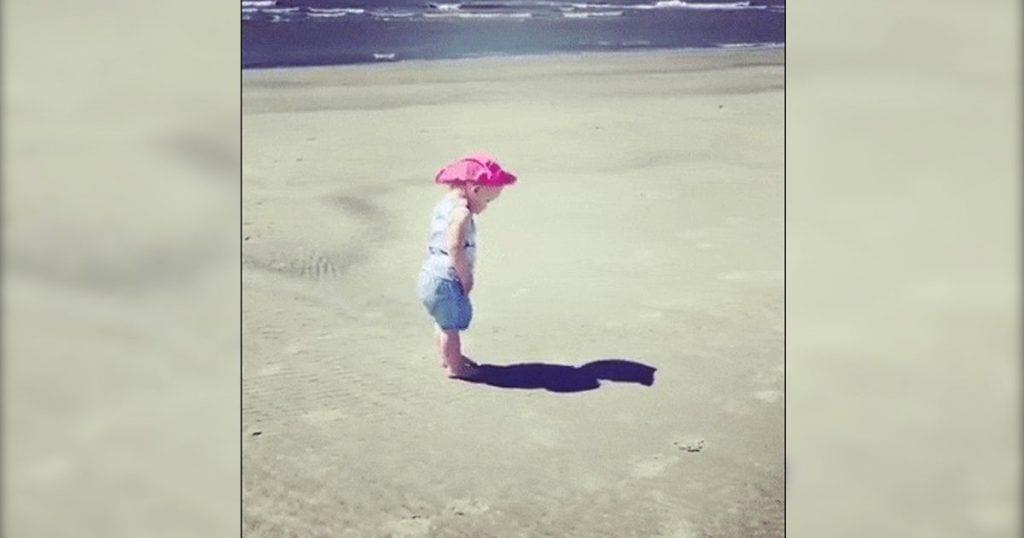 bebe descubre sombra