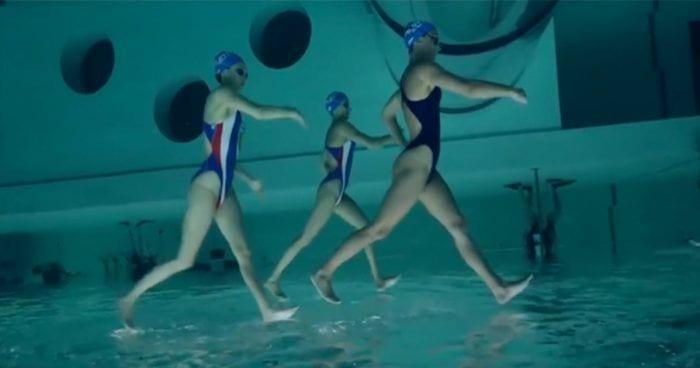 nadadoras andan sobre agua destacada