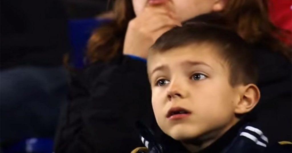 La ilusión de este niño en su primer partido de fútbol