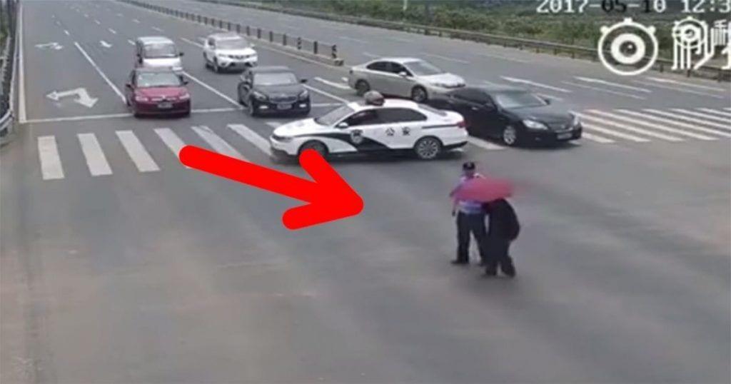 Este policía demostró ser el más solidario con este anciano que no podía cruzar la carretera