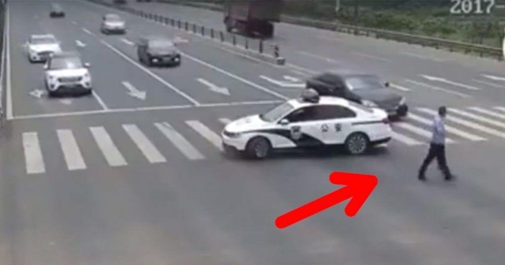 policia cruzar anciano