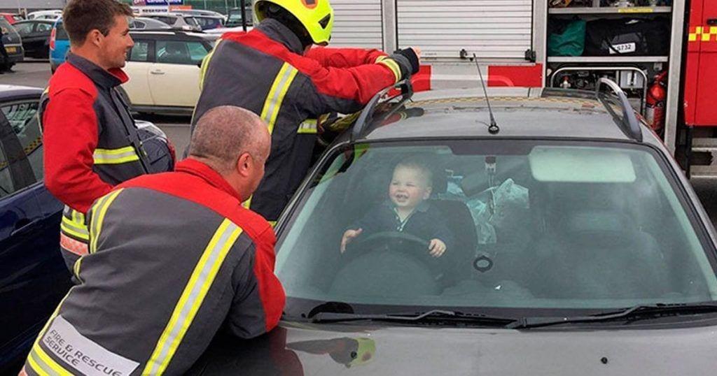 reaccion nino encerrado coche