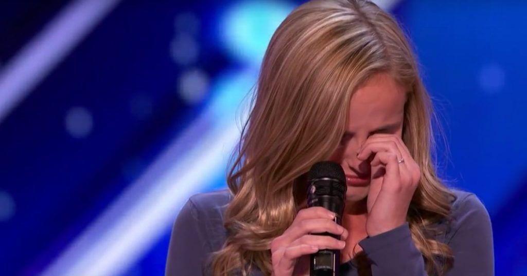 Evie Clair emociona a todos con su historia y su voz