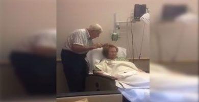 anciano peina esposa