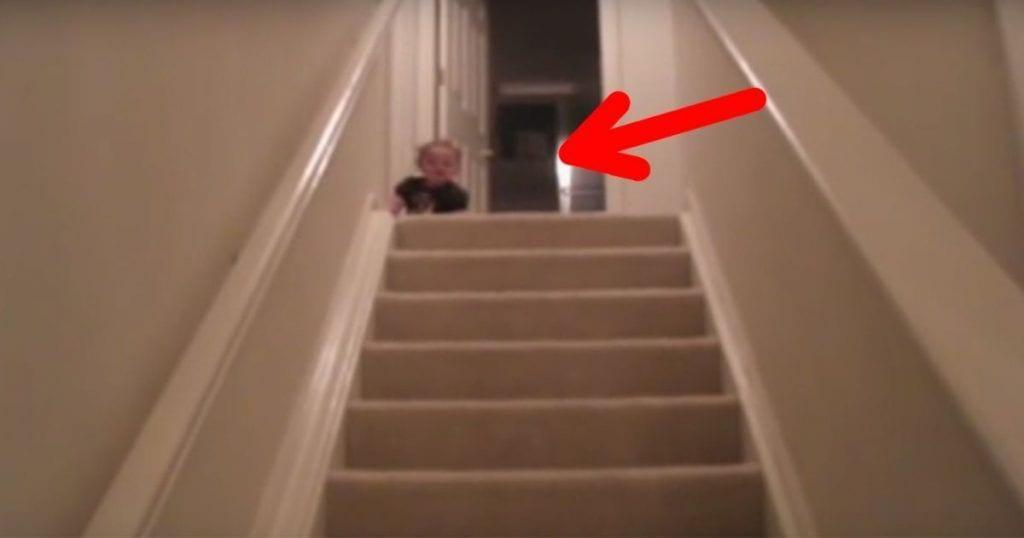 bebe baja escaleras