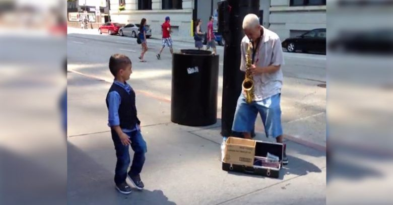 ninio-bailando-calle