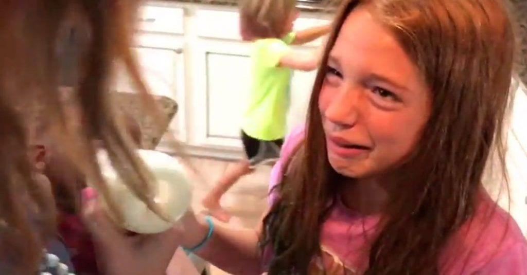 Estas niñas tienen la reacción más inesperada al conocer a su nueva hermanita adoptada