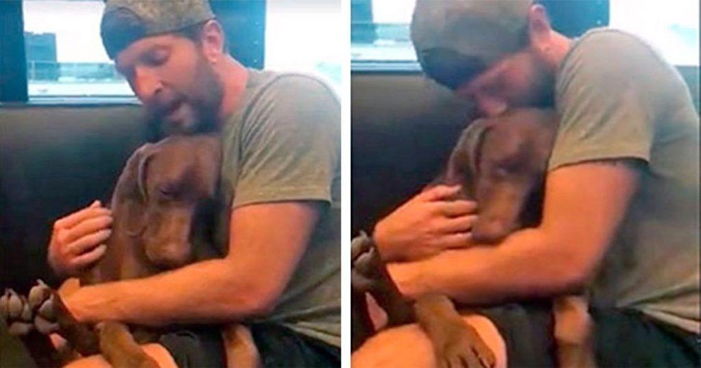 Este cantante le dedica una canción a su perro hasta que se queda dormido entre sus brazos