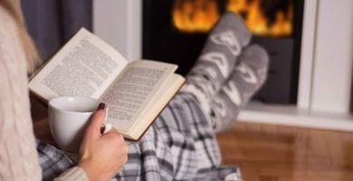 Leer libro taza fuego istock